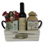 מארז שפע עם יין ספל עם פרלינים ופרפר