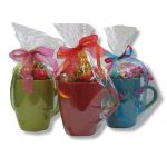 ספלים צבעוניים עם פרלינים וסוכריות יהלום