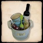 סלסלה עם יין חליטות ספלים וכפית